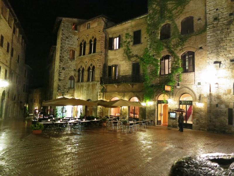 Hotel la Cisterna at night