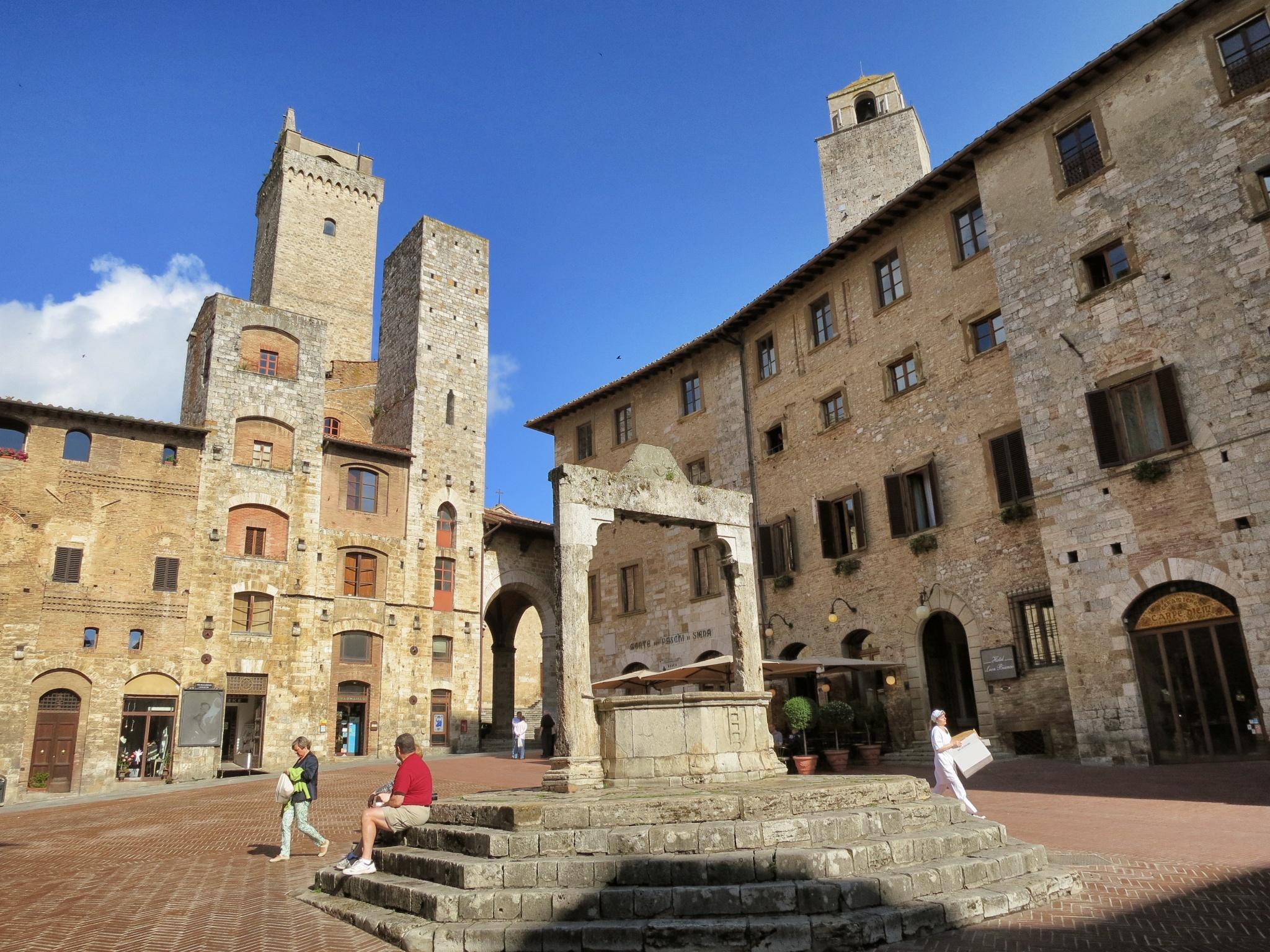 Piazza Della Cisterna Mikestravelguide Com