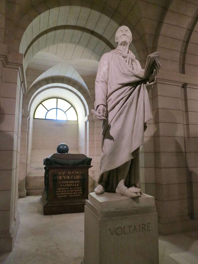 Un sauvage et un bachelier - Voltaire, Dialogues et entretiens philosophiques dans Essais, philosophie... Tomb-of-Voltaire-in-the-Crypt-of-The-Panth%C3%A9on-Paris-France