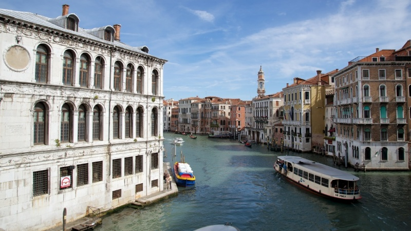 Italy morning views!! Looking-North-from-Rialto-Bridge-over-Grand-Canal-Venice-Italy-800x450