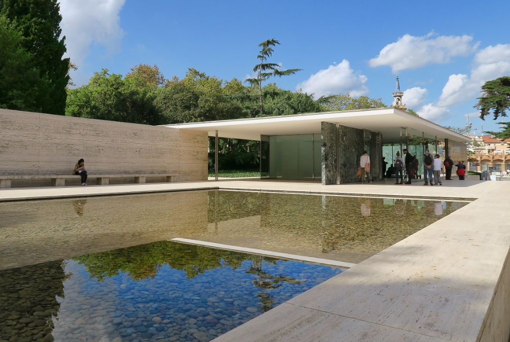 Right next to the fountain is the Pavelló Mies van der Rohe designed by Ludwig Mies van der Rohe as the German pavilion for the 1929 Barcelona International Exhibition
