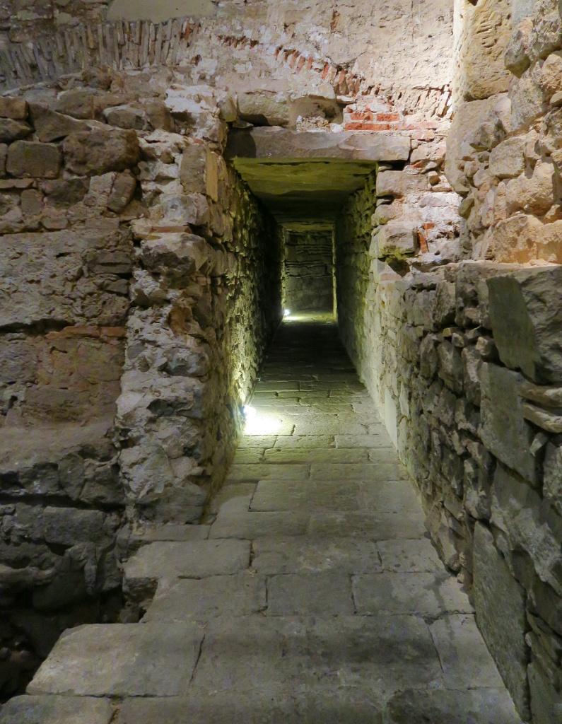 Narrow Passage MUHBA Placa del Rei Barcelona